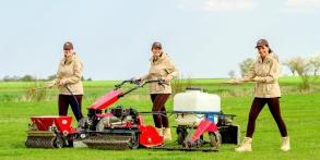 Zahrady snů Daniel Purgert, v pozadí naši Andělé s Köppel  pro zakládání trávníků, strojní setí, 150 litrový postřikovač a žací ústrojí